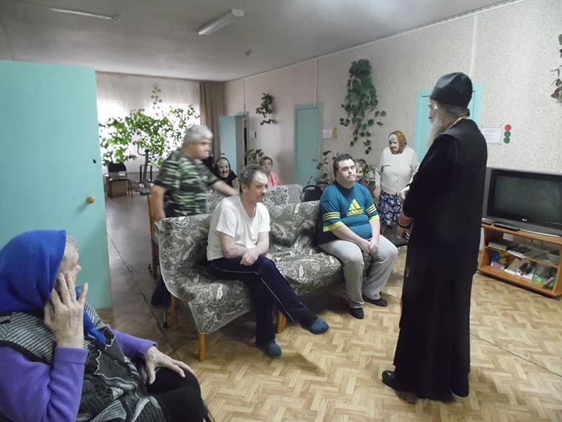 На молебне в доме пристарелых в Выдропужске.