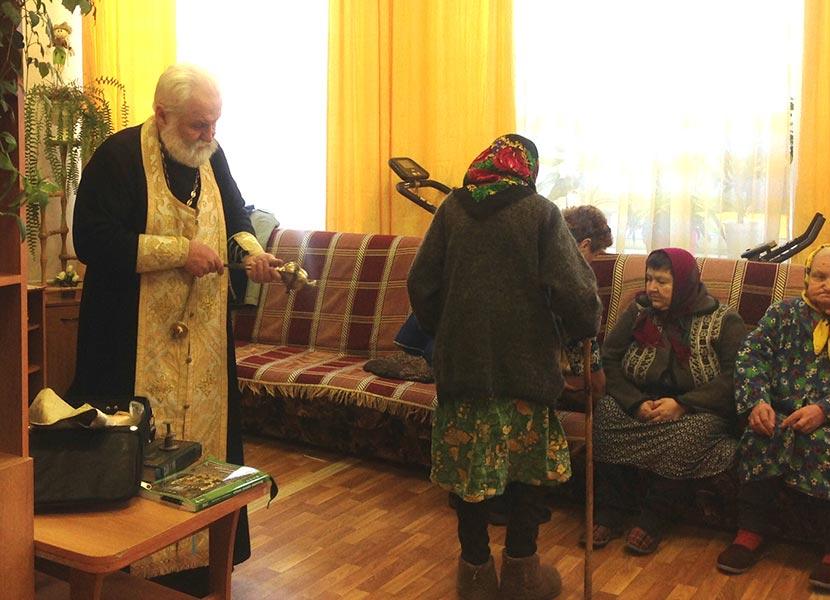Настоятель Троицкой церкви с. Кесьма посетил дом-интернат для престарелых и инвалидов