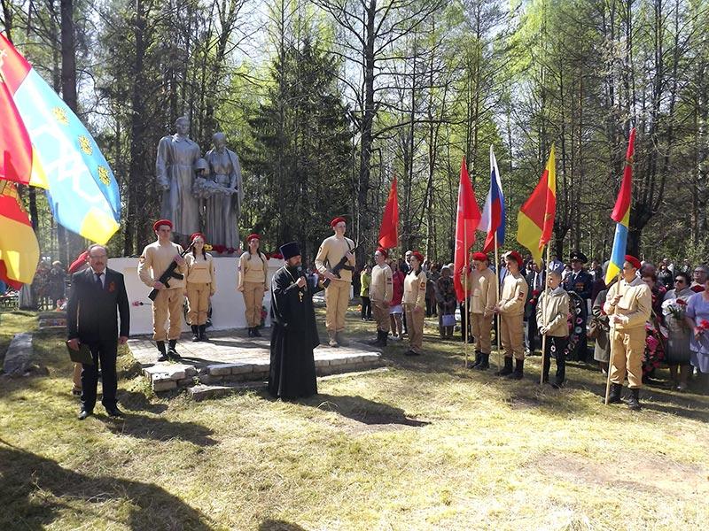 9 мая, в День Победы в Максатихе были совершены заупокойные Богослужения по убиенным воинам