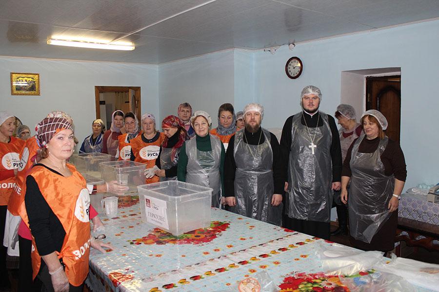 Фасовка благотворительной продуктовой помощи в Спирово.