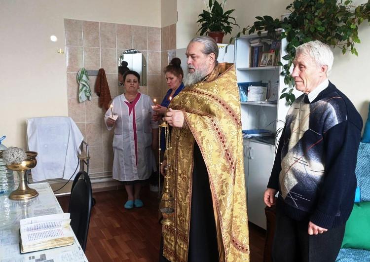 Благочинный Лихославльского округа совершил молебен в Центральной районной больнице г. Лихославль