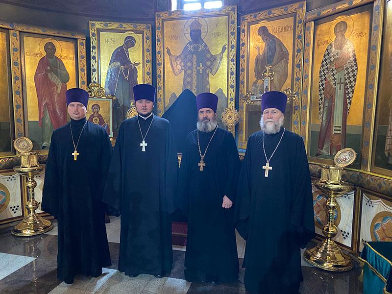 Соборное служение клириков Удомельского благочиния литургии Преждеосвященных даров.