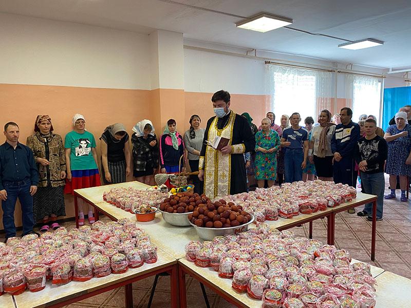 В Великую Субботу руководитель Отдела социального служения и благотворительности Бежецкой епархии посетил Удомельский психоневрологический интернат.