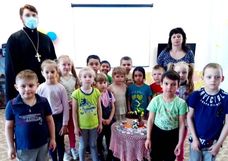 Клирик Бежецкого благочиния провел беседы со школьниками и воспитанниками детского сада