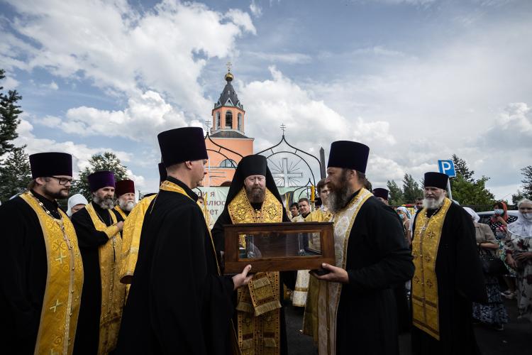 Принесение ковчега с мощами благоверного великого князя Александра Невского в пределы Бежецкой епархии