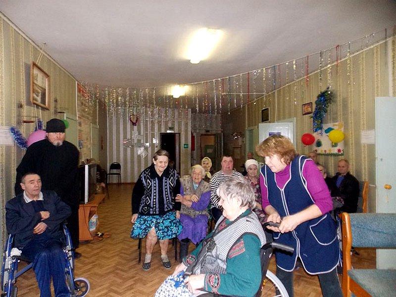 Концерт и подарки для пожилых людей