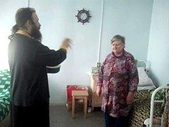 Священник поздравил больных с праздником